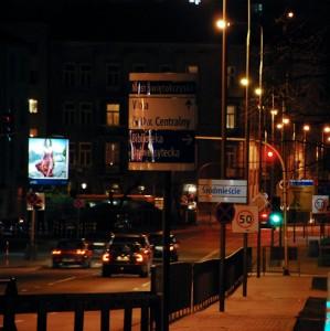Ulica nocą - bałagan na zdjęciu