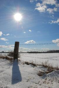 Mroźno, pogodnie i kable na tle słońca