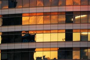 Zachód słońca odbity w biurowcu
