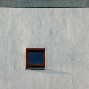 Ściana oświetlona słońcem padającym niemal równolegle.