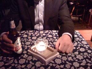 Korporacyjne piwko. Gdyby nie srzanione kadrowanie (unikałem drugiego piwa w pierwszym planie), to wysłałbym na World Press Photo :P Autor: Wicher