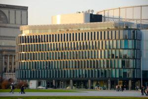 Metropolitan - fasada i przechodnie
